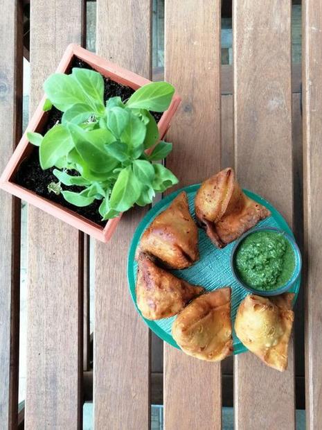 סמוסה צמחוני+ צ'טני ירוק
