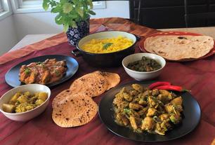 מימין לשמאל: צ'יקן טיקה מסאלה, פאפארד, אלו גובי, באטר צ'יקן, אורז בסמטי צהוב, פאלאק פאניר, צ'פאטי,