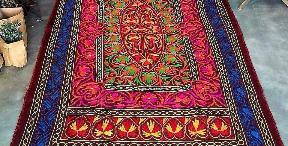 שטיח צמר עבה המשלב רקמת עבודת יד קשמירית