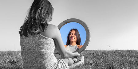 femme-regarde-miroir.jpg