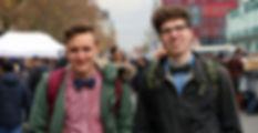Zaharee Gründer Jonas und Andreas in stylischen Outfits mit Fliege