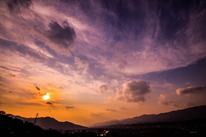 紀の川を取り囲む山々と夕日