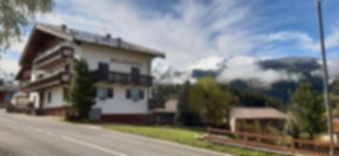 Garni Belvedere situato a Bellamonte Predazzo. Un luogo tranquillo dall'ambiente famigliare in cui trascorrere le proprie vacanze in Val di Fiemme all'insegna del relax e immersi nella natura del vicino Parco di Paneveggio