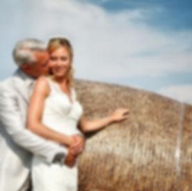 Sposa ripresa dal basso che esprime la sua gioia