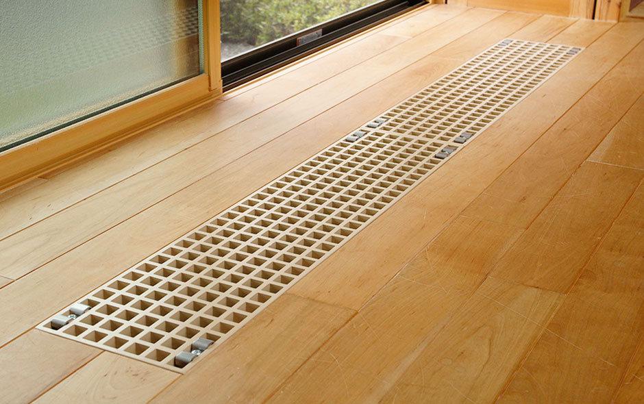 床に設けている暖気の吹出口。建物頂部に滞留する暖気を、サーキュレーターファンを使って床下まで降ろす