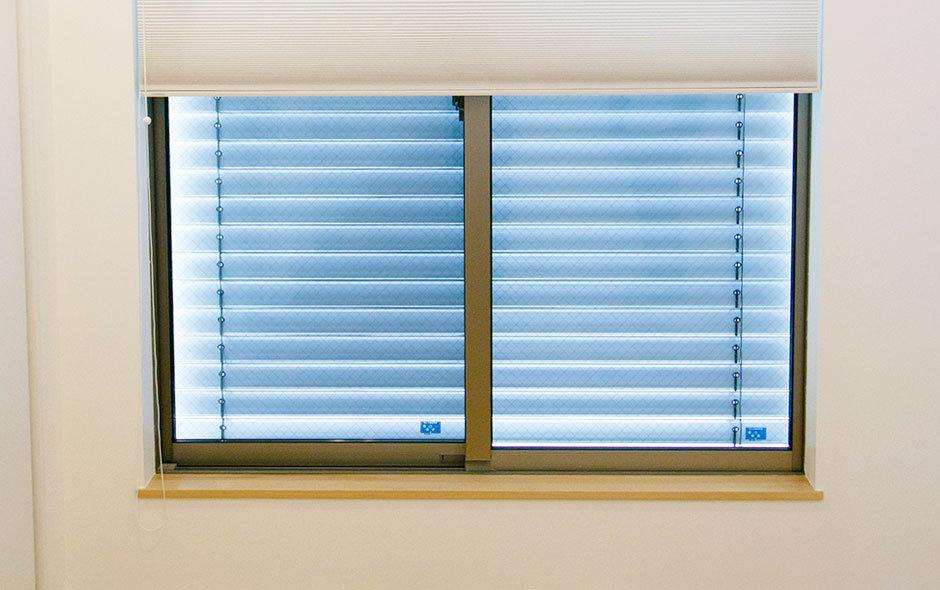 冬の日差しを十分取り入れ、その熱をなるべく逃がさないようにするには、窓のサイズ・かたち・位置、設置する方角、壁と窓との割合など、考慮すべきことが山ほどある(写真上部は断熱ブラインド)