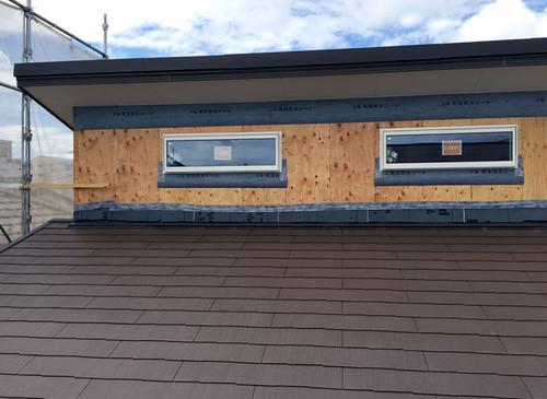 建物頂部の窓が付きました