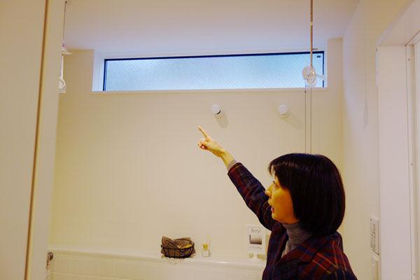 洗面・脱衣室の高窓|エアコンのいらない家・千葉N邸