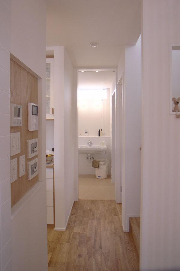 玄関から見える洗面・脱衣室|エアコンのいらない家・千葉N邸
