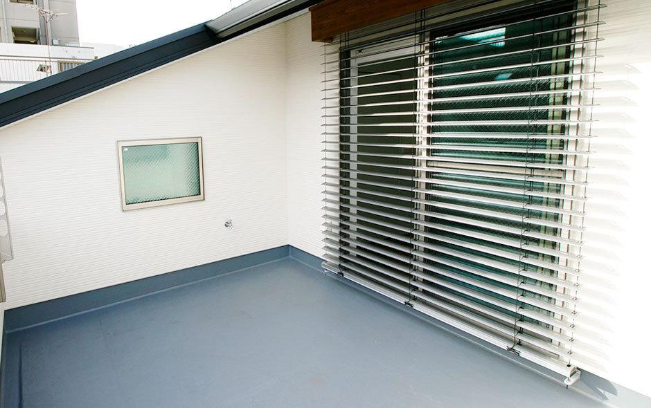 ルーバー状の雨戸は、建物南面の大きな窓に設置するのが基本