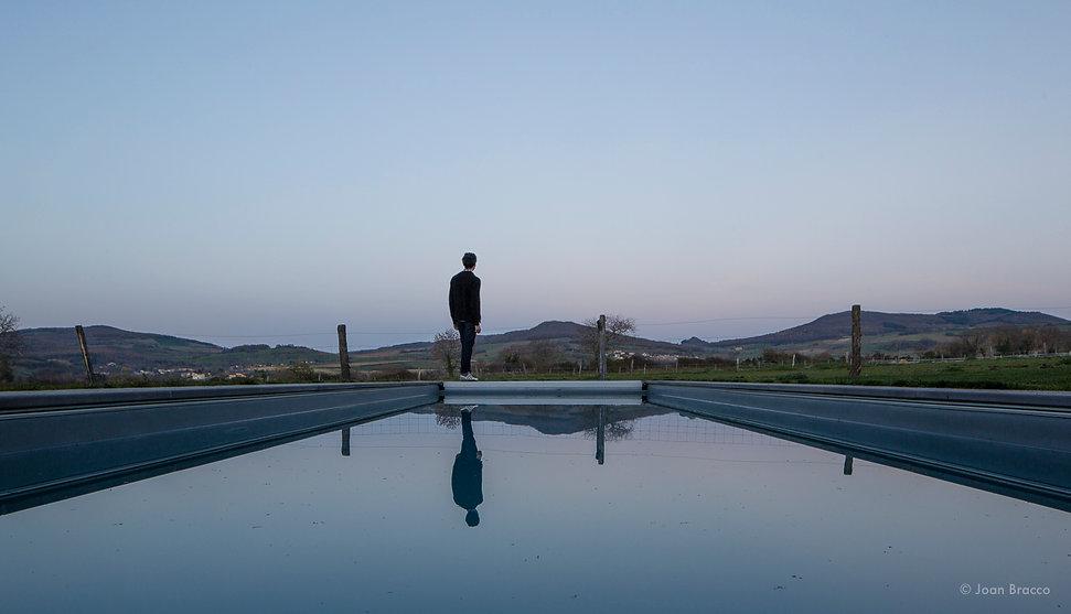 piscine de la maison D donnant sur les collines. laureat archinovo. dda-architectes