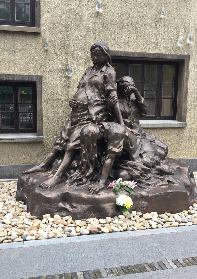 난징 '위안부' 박물관 앞의 기림 조각