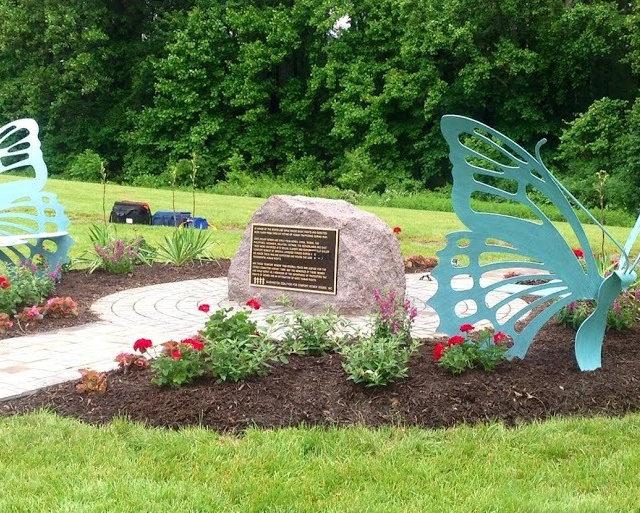 미국 페어펙스 컨트리 나비 모양 기림비 2014년 5월 30일 설치