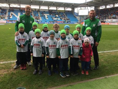 Junge Grün-Weiße Fußballhelden Einlaufkinder beim CFC gegen Wehen Wiesbaden