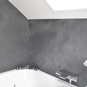 Decotechnieken zorgen voor een gezellige badkamer.