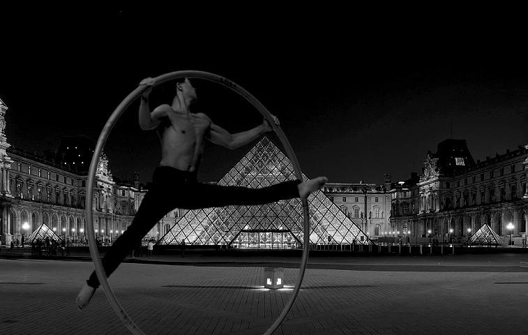 6 Pyramide Louvre saut.jpg