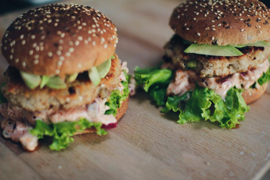 Sveikuoliški aštrūs naminiai burgeriai su tunu