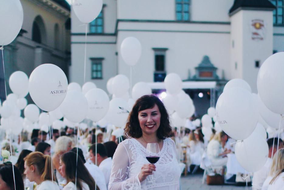 Damų Šventė: Sutinkant vakarą baltai
