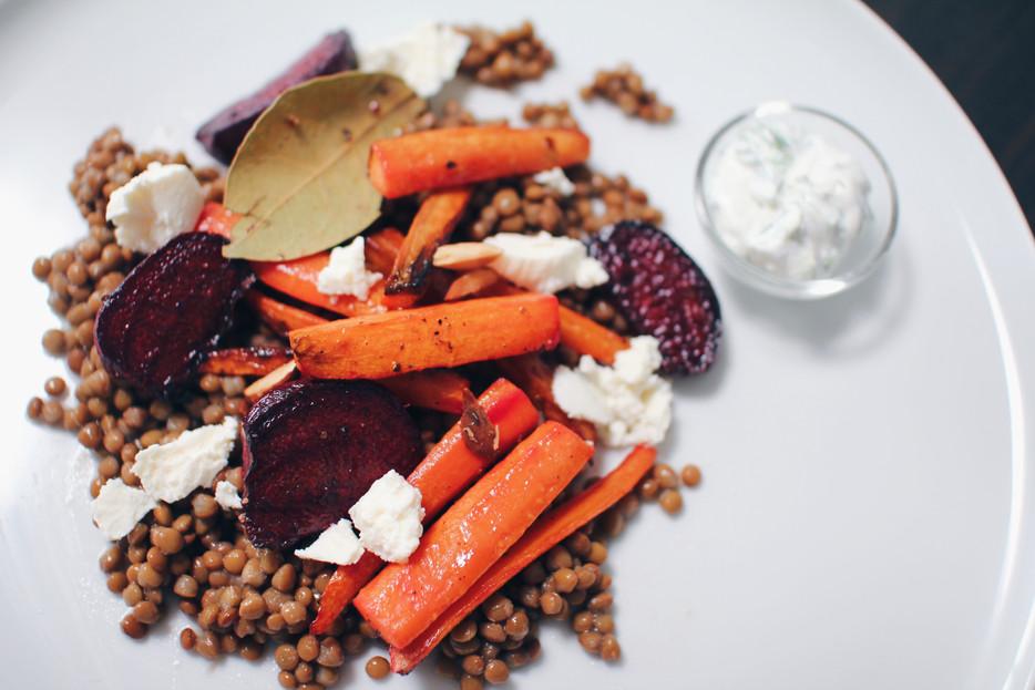 Kepintų morkų salotos su lęšiais, feta ir migdolais
