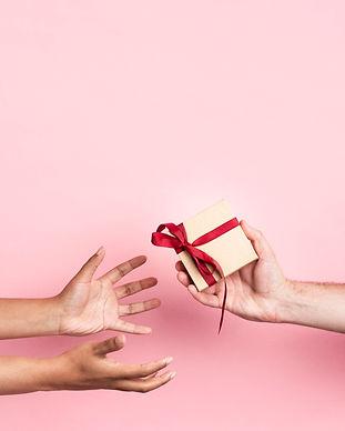 maos-recebendo-um-pequeno-presente-embru