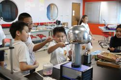 1 小学生体验科学实验