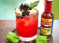 Ron de jamaica con salsa habanera roja El Yucateco