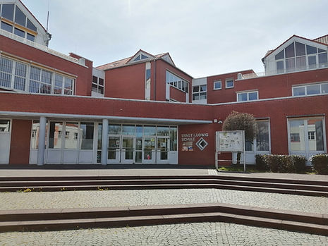 Schule Eingang.jpg