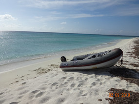 Strand mit Dinghi