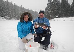 tolle Kulisse in den Bergen, Eisfischen wie in Kanada, Eisfischen & Grillen, Winterabenteuer beim Eisfischen