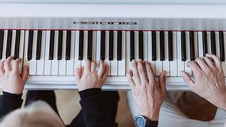 Pianotunnit Helsinki | Pianonsoiton opettaja Mindaugas Neverovas