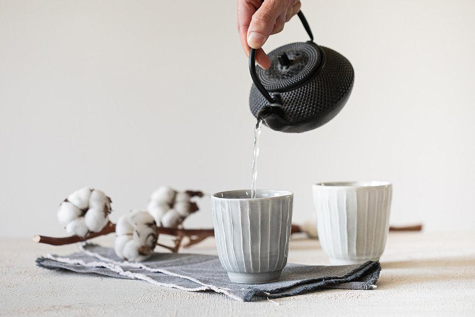 כוסות אספרסו או תה עם טקסטורת פסים בצבע אפור