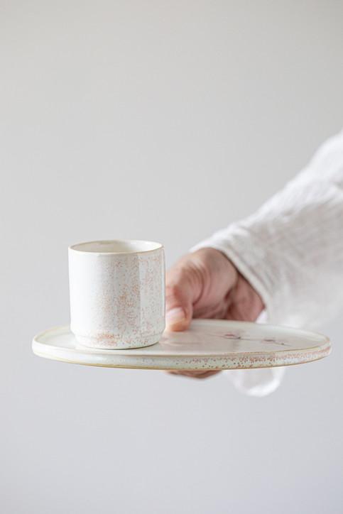 סט קרמיקה בגימור לבן-ג'ינג'י מבריק עם הדפס של איור פריחת אפרסק  קנקן לסאקה, שמן זית או לפרח  צלחת לעוגיות  כוס לאספרסו, תה, סאקה, מטבל