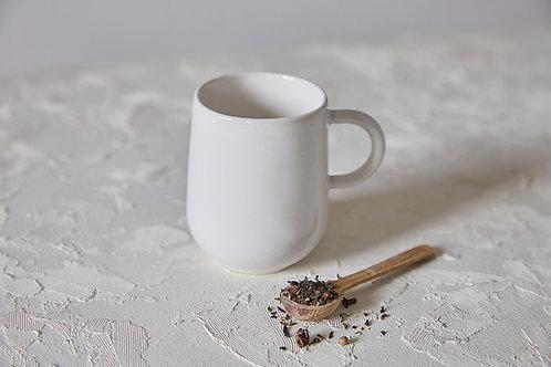 ספל מאג אלגנטי לבן, ספל קפה בסגנון סקנדינבי, מאג לבן, מאג קרמיקה בעבודת יד, סגנון נורדי