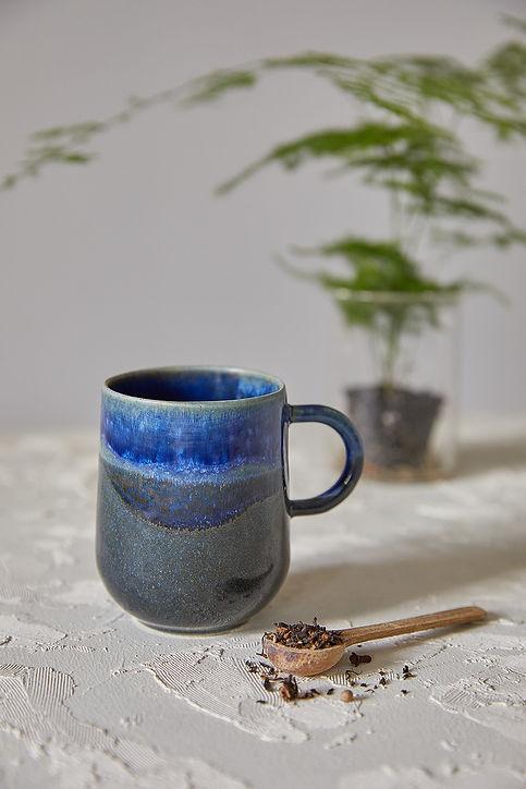 ספל קרמיקה בעבודת יד, מאג בשני גוונים של כחול