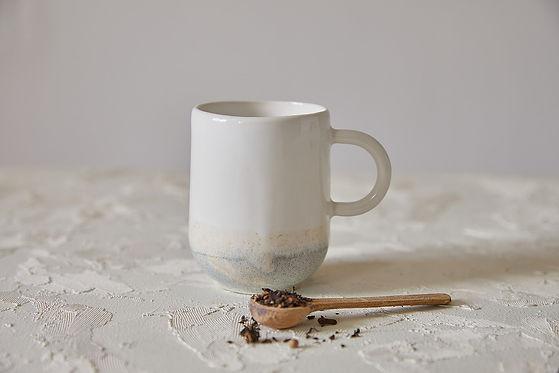 מאג מקרמיקה בעבודת יד, בצבע לבן ואפור. מתאים לקפה הפוך ותה