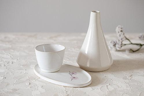 סט קרמיקה לבן מבריק, קנקן לסאקה, ואזה קטנה לפרח, צלחת  אובלית לעוגיות, כוס אספרסו, כוס תה, כלי למטבל, איור של פריחת שקד