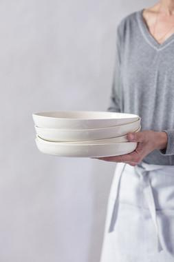 צלחת קרמיקה לבנה עמוקה, לפסטה, נודלס ותבשלים, עיצוב נקי ומודרני