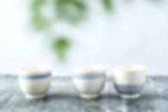 כוסות חיבוק מקרמיקה בעבודת יד, בהשראת יוון. נקי, מינימליסטי ומדוייק. מתאימות לשתיה קרה וחמה