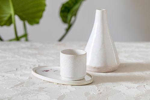 סט קרמיקה לבן-ג'ינג'י מבריק, קנקן לסאקה, קנקן לשמן זית, ואזה קטנה לפרח, צלחת  אובלית לעוגיות, כוס אספרסו, כוס תה, כלי למטבל,