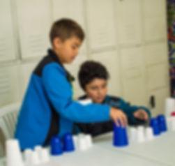 Niños_jugando_con_vasos_2.jpg