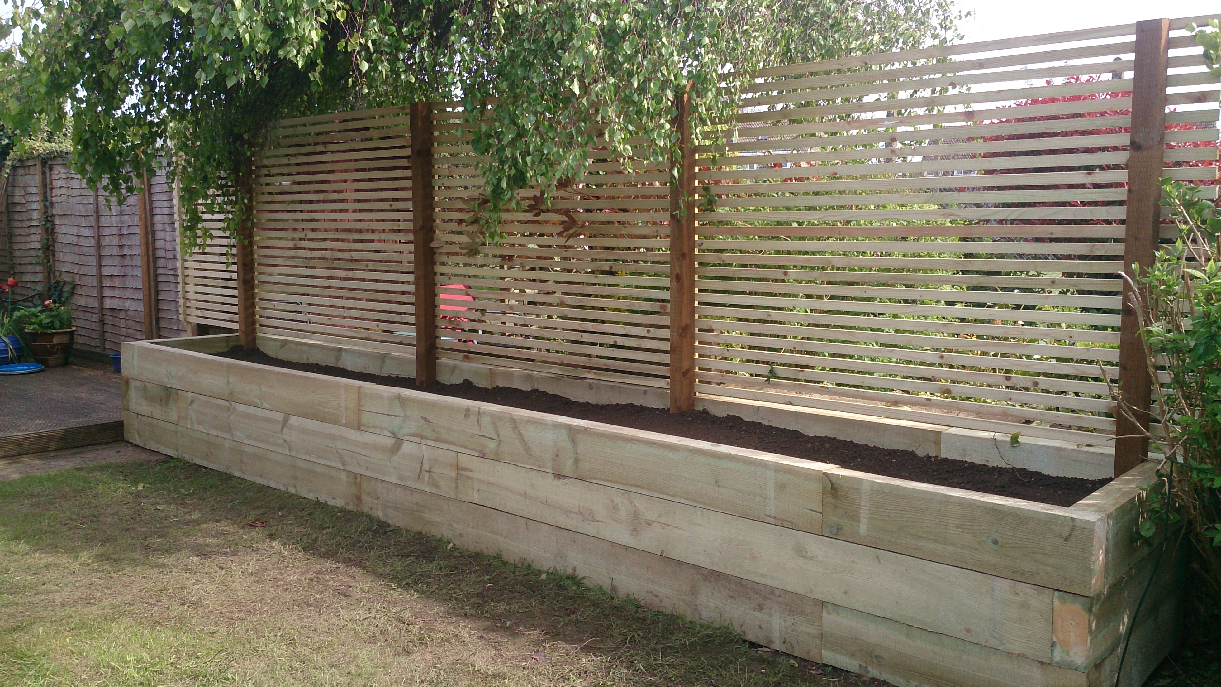 Sleeper planter with strip trellis