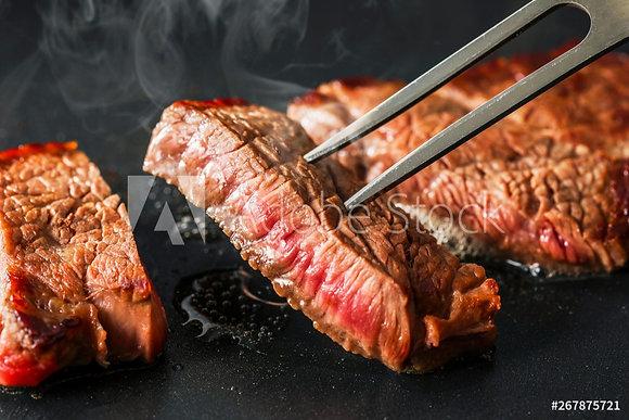 Smakelijke biefstuk à point gebakken