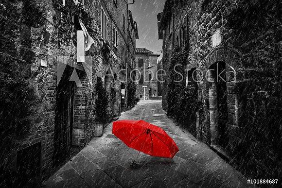 Rode paraplu in zwart-witte steeg