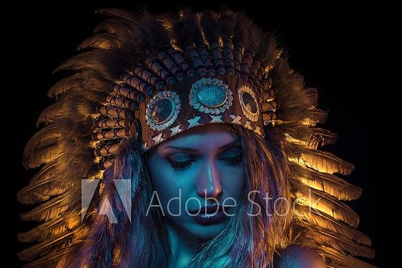 Indiaanse vrouw met gouden veren