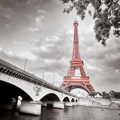 Rode Eiffeltoren in zwart wit landschap