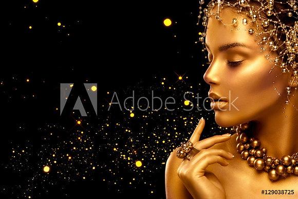 Gouden vrouw met gouden juwelen
