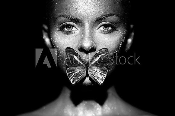 Vrouw met vlinder op haar lippen