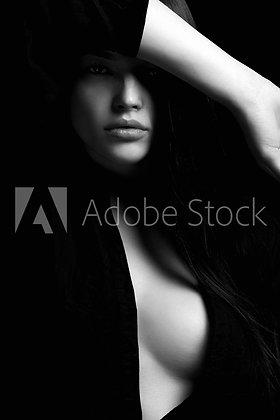 Schaars geklede dame in zwart wit