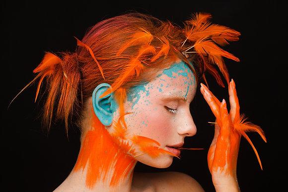 Oranje vrouw met blauwe spatten