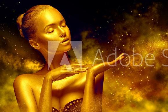Gouden vrouw in gouden wolk